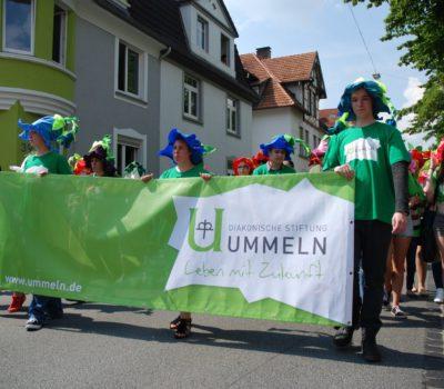Die bunte Blumenwiese made in Ummeln, hier beim Carnival der Kulturen, ist am 28. August auch beim Brackweder Schweinemarkt zu sehen.