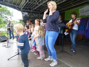 Ummelner Kindergarten-Kinder auf der Bühne.