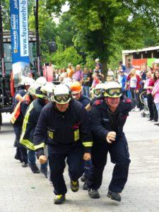 ...aber die Feuerwehren aus Ummeln und Quelle bewiesen deutlich mehr Zugkraft.