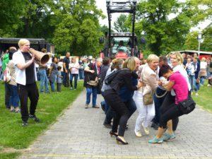 Leitungspersonal und Mitarbeitendenvertretung der Stiftung legen beim Treckerziehen vor...