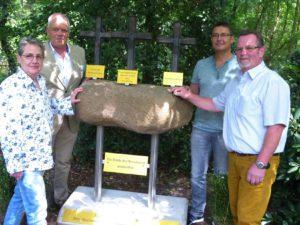 Am Denkmal: (v. l.) Dipl.-Psych. Erika Tkocz, Vorstand Pastor Uwe Winkler und die Erbauer Rainer Siekaup und Hans-Dieter Schwammberger.