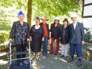 """Beate Langhardt, Birgit Eckey, Klaus Schleef, Violeta Gomez, Elvira Janzen und Peter Chrupalle fordern auf dem Sonnenblumenfest: """"Gleiche Rechte für alle""""."""