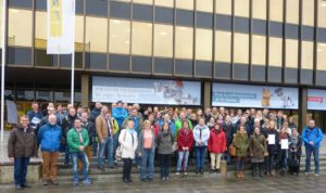Die Oktober-Gruppe vor dem Heinz Nixdorf Forum in Paderborn.