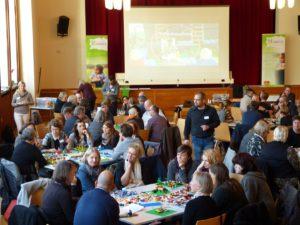 Mit den Händen denken: Einen ganzen Nachmittag lang entwickelten Fachkräfte der Behindertenhilfe mit LEGO Serious PlayTM Ideen für vernetzte gemeindenahe Hilfen.